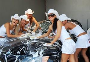 Автомивка - красиви жени и хубави коли