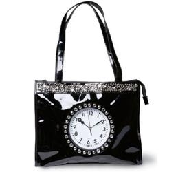 красива дамска чанта с часовник